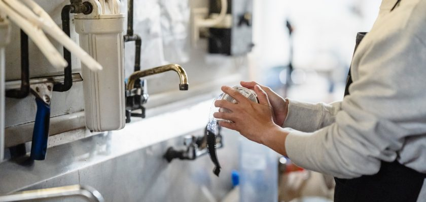 Vil du spare pengene dine som skal brukes på rørleggerarbeid? … Her er noen enkle triks du kanskje vil ta opp!